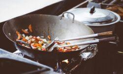 Schweinefilet mit Erdnuss Sauce und buntes Gemüse aus dem Wok